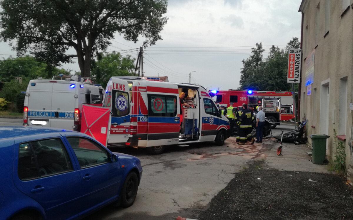Samochód uderzył w budynek. Zginął kierowca