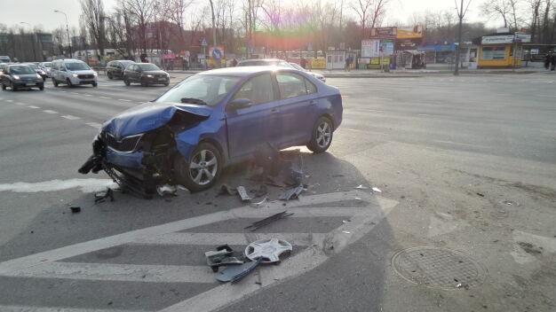 Zderzenie trzech aut na skrzyżowaniu. Pasażer taksówki ranny