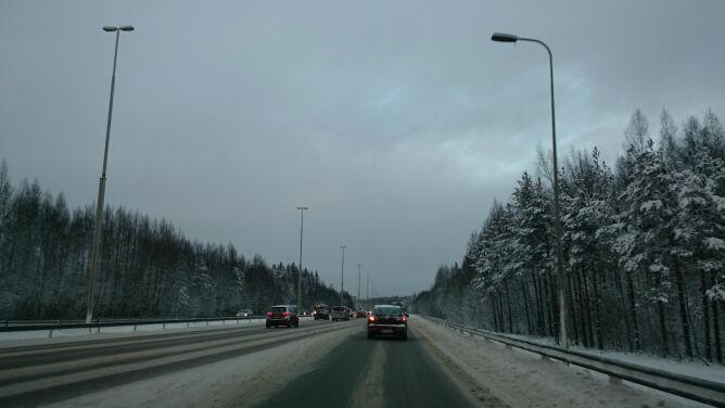 Kierowcy zmierzą się ze śniegiem, deszczem i marznącymi opadami