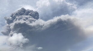 Erupcja wulkanu La Soufriere na wyspie Saint Vincent (PAP/EPA/UWI Seismic Research HANDOUT)