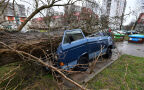 Silny wiatr przewrócił przystanek w Szczecinie