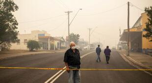 Zniszczenia po pożarach w Cobargo (PAP/EPA/SEAN DAVEY)